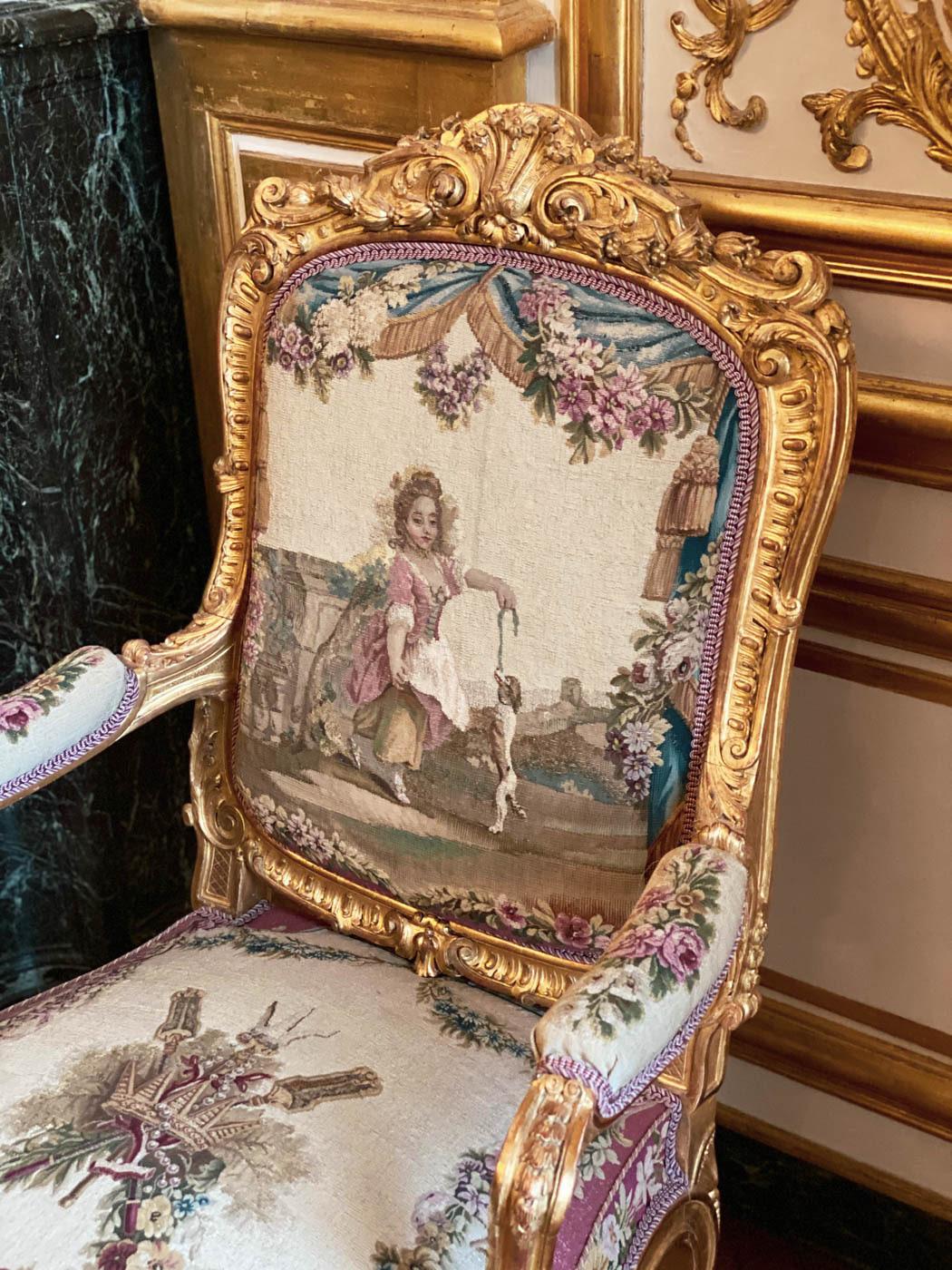 une-bonne-maison-chantilly-castle-french-chateau-fauteuil