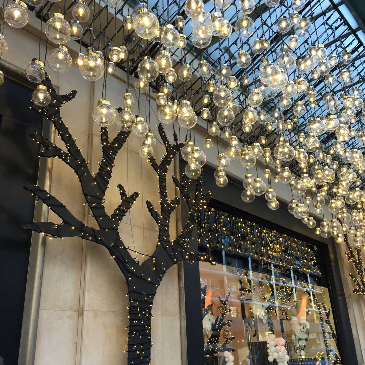christmas-paris-window-shopping