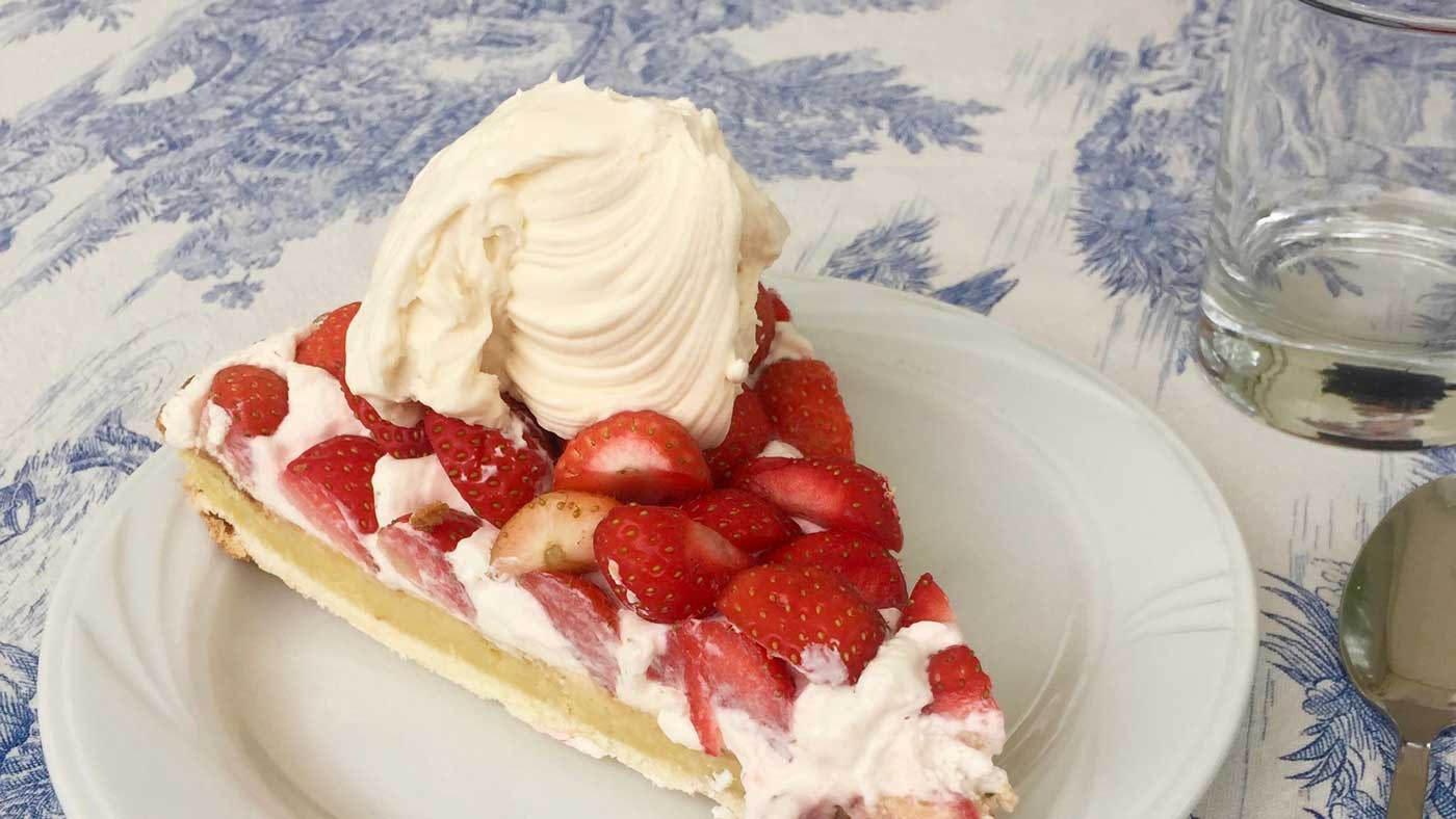 creme-chantilly-whipped-cream-strawberries-dessert