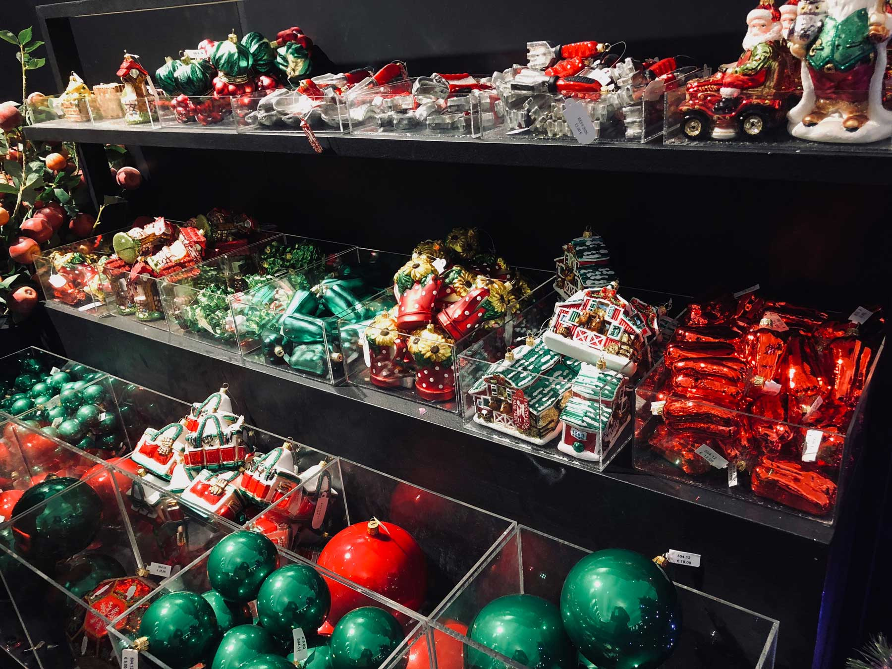 christmas-red-ornaments-le-bon-marche