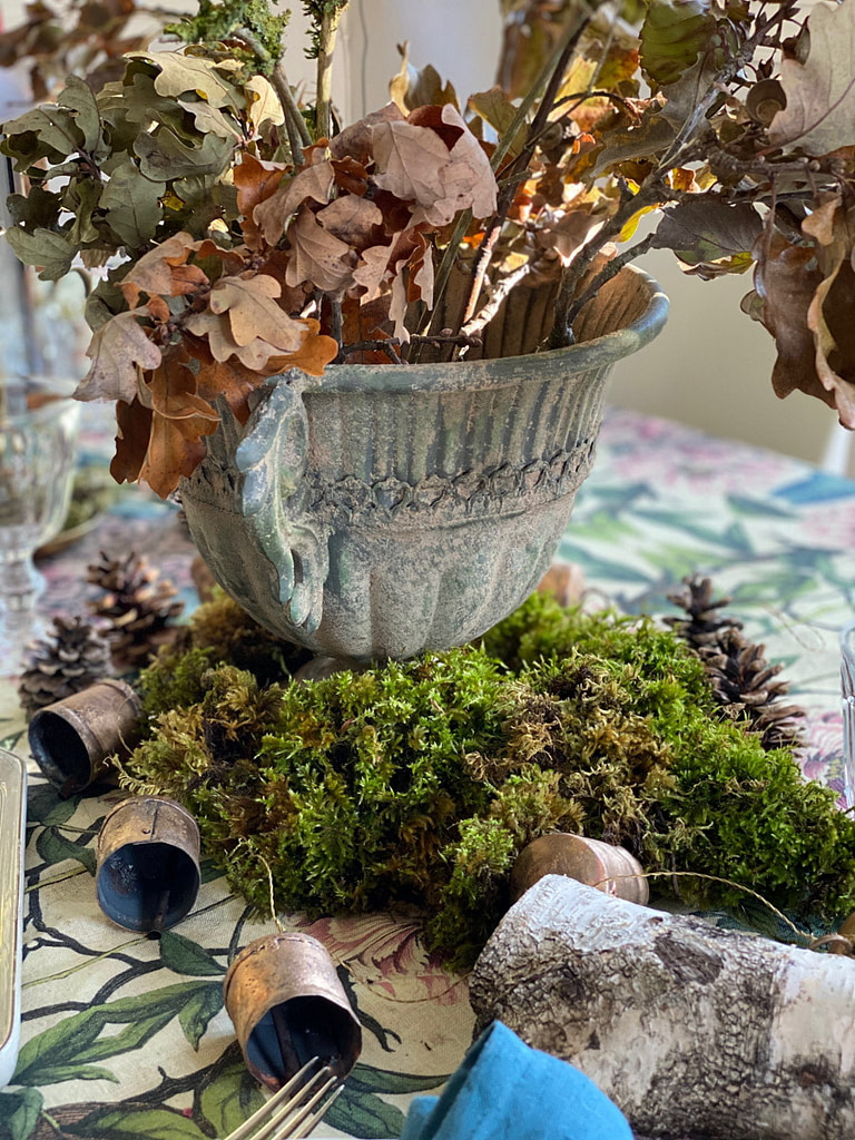 winter-table-setting-entertain-moss-oak