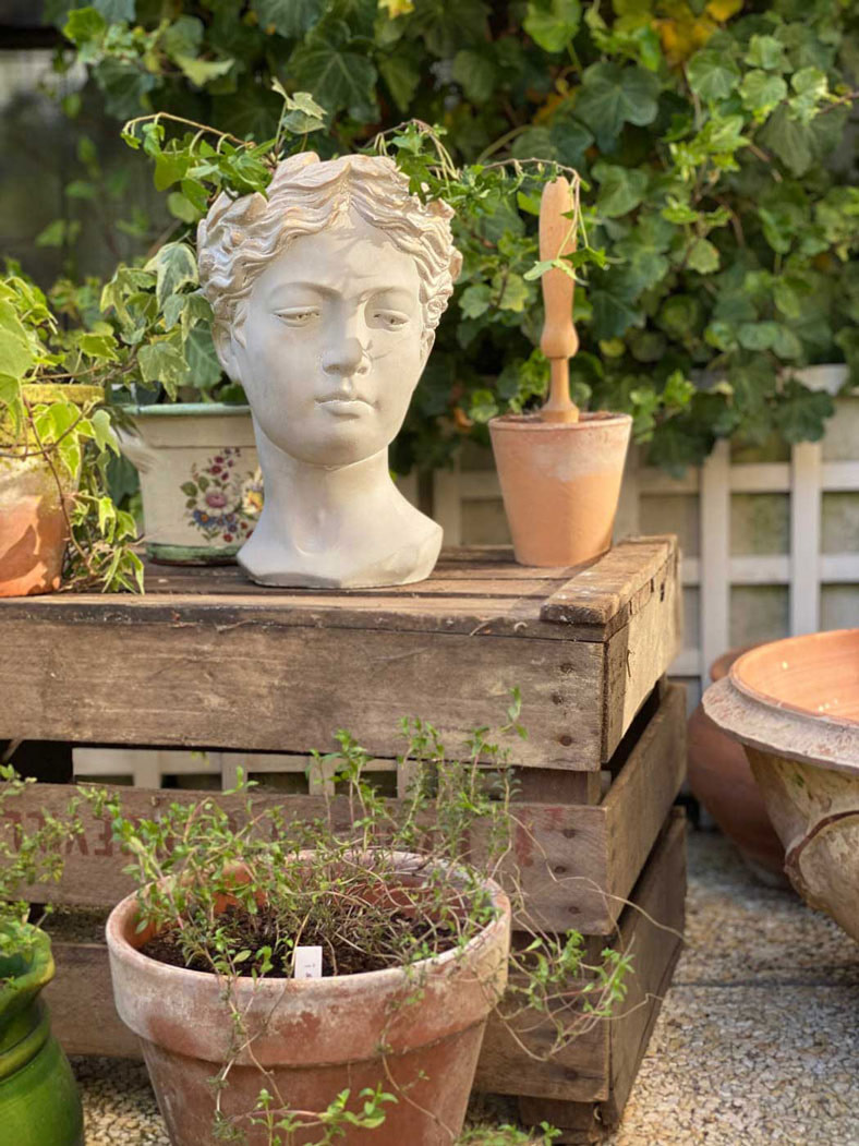 une-bonne-maison-herbes-aromatiques-statue