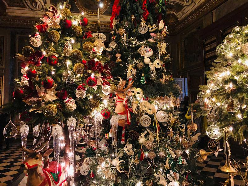 vaux-le-vicomte-christmas-red-ornaments