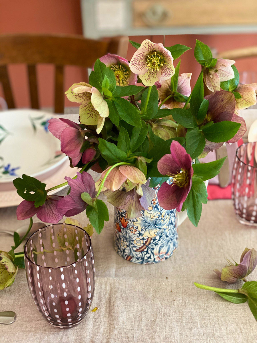 a-charming-spring-table-hellebores-bouquet
