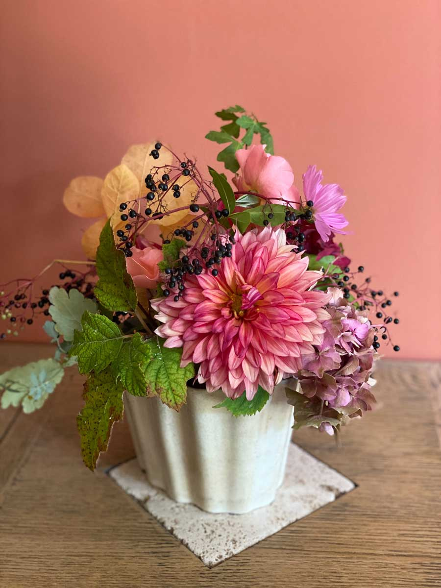 bouquet-dahlias-pot-vintage